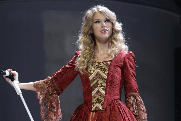 """Taylor Swift quebra recordes com regravação de """"Love Story"""""""