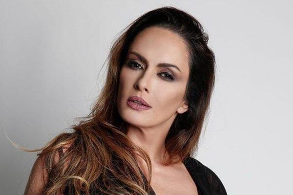 Núbia Oliiver anuncia Onlyfans ao vivo no Domingo Legal e quebra internet