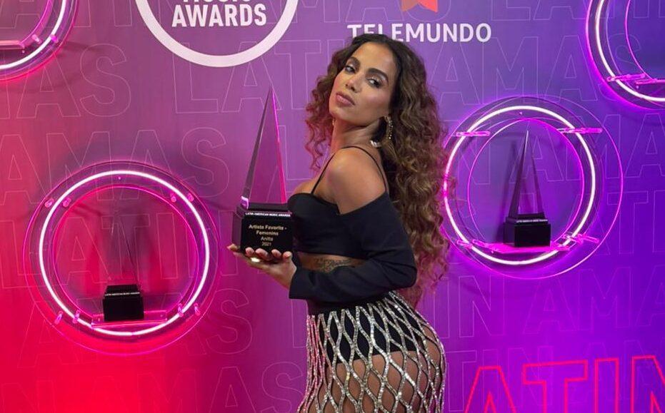 Anitta segurando o troféu do LatinAMAs - Imagem: SOUBPMCOM