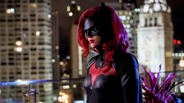 """Acidentes, abusos e mortes: Ruby Rose expõe descaso da """"The CW"""" com equipe de """"Batwoman"""""""