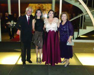 Este colunista ladeado as primas Patrícia  Ana Célia, tia Edna, Avó do noivo, irmã de minha saudosa Mãe, na Igreja São Francisco de Assis, Pampulha -Belo Horizonte- no Casamento do neto de minha tia. Edna de Oliveira Coelho