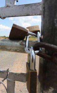 Cadeados novos foram colocados em portão arrombado na fuga Márcio Neves/R7