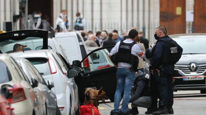 """Tentara dan polisi Prancis mengamankan lokasi serangan pisau di Nice pada 29 Oktober 2020. - Jaksa nasional anti-teror Prancis mengatakan pada Kamis bahwa mereka telah membuka penyelidikan pembunuhan setelah seorang pria membunuh tiga orang di sebuah basilika di Nice tengah dan melukai beberapa lainnya. Walikota kota itu, Christian Estrosi, mengatakan kepada wartawan di tempat kejadian bahwa penyerang, yang ditahan tak lama kemudian oleh polisi, """"terus mengulang"""