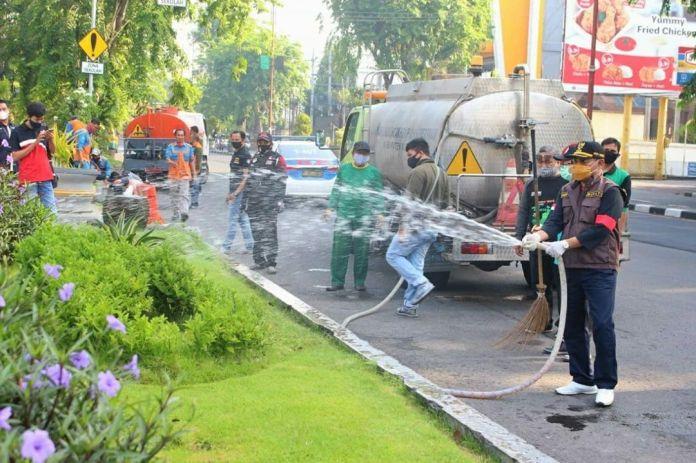1604674938 921 Cak Hud Bersihkan Ikon Kota Sidoarjo Monumen Jayandaru Alun Alun KOMINFO
