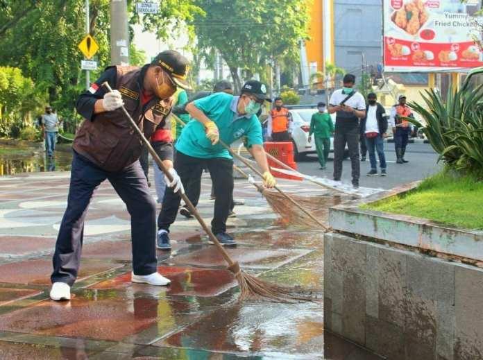 1604674938 998 Cak Hud Bersihkan Ikon Kota Sidoarjo Monumen Jayandaru Alun Alun KOMINFO
