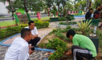 Petugas DKH Sampang rutin Perbaiki lampu penerang taman yang rusak