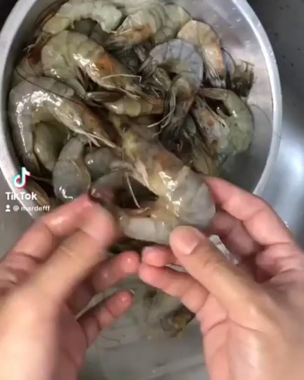 Info kuliner, Cara bersihin udang yg mantul nih bund. udah begini belum bersihinnya??  Cr : @mardefff…