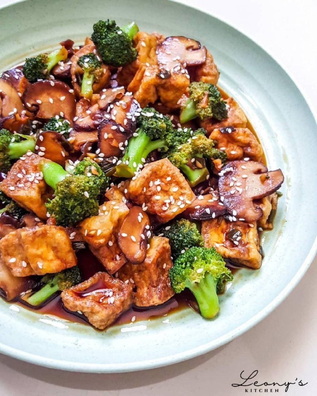Info kuliner, Tumis Tahu Jamur Brokoli BAHAN: 200g tahu putih, potong dadu 100g brokoli kuntum 50g jamur shii…