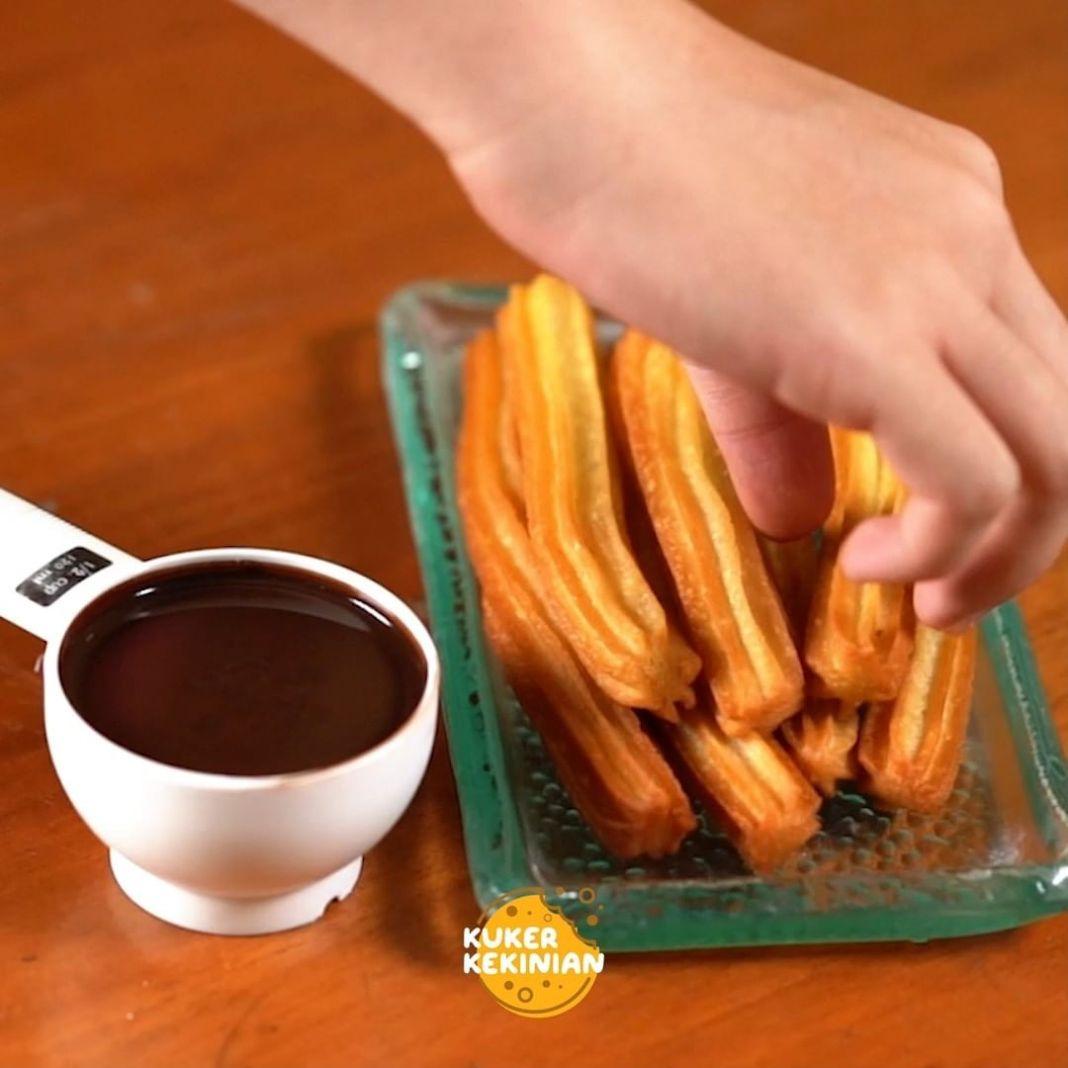 Info kuliner, Siapa nih disini yang suka sama churros?  dipping dengan saus coklat atau karamel enak banget n…
