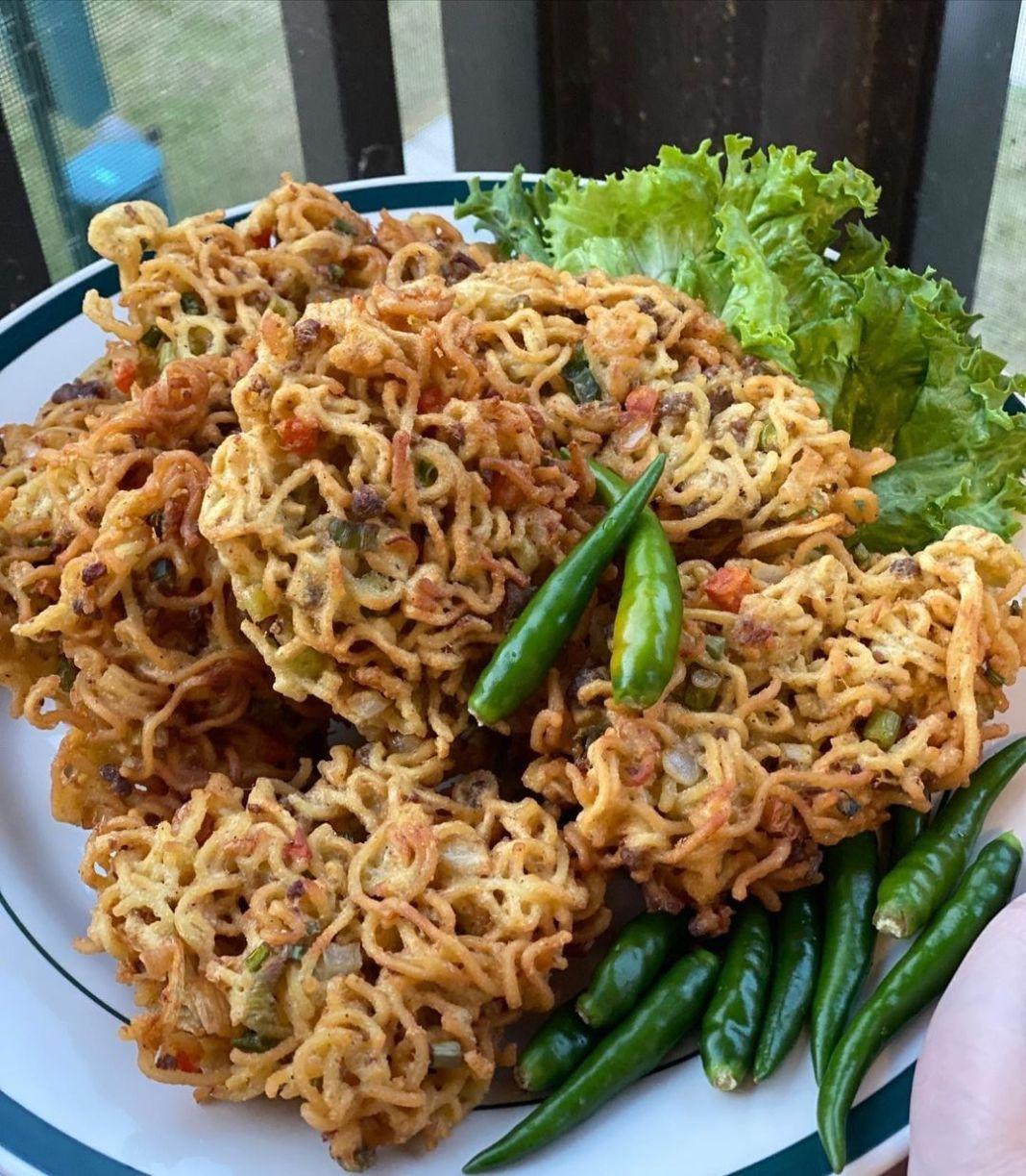 Info kuliner, Bakwan mie daging cincang Ide untuk camilan sore nih~ . Bahan mie instan goreng 2 bks atau dapat…
