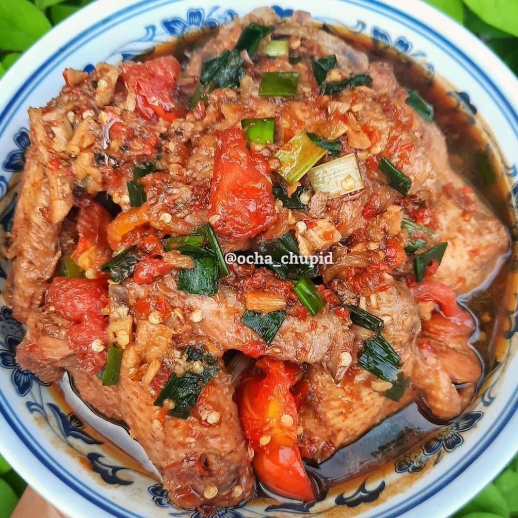 Info kuliner, Ayam Kecap Kuah Pedas Pedas manis enak banget kayaknya~  Bahan: 1kg ayam, potong sesuai selera …