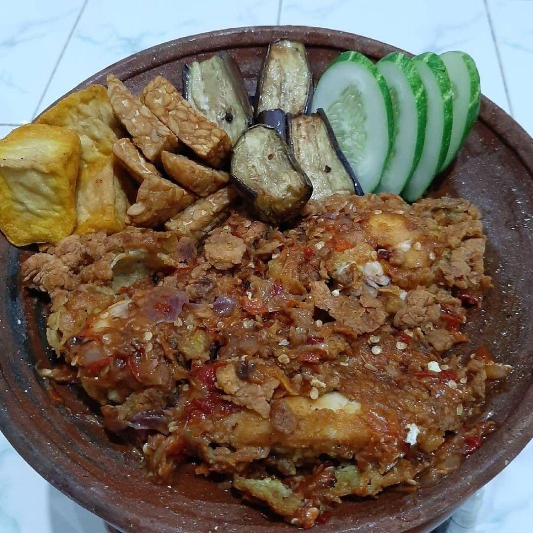 Info kuliner, siapa nh yg suka bgt sm ayam geprek??  Ayam geprek #caresti_ayamgeprek  Bahan marinasi – 300 gr…