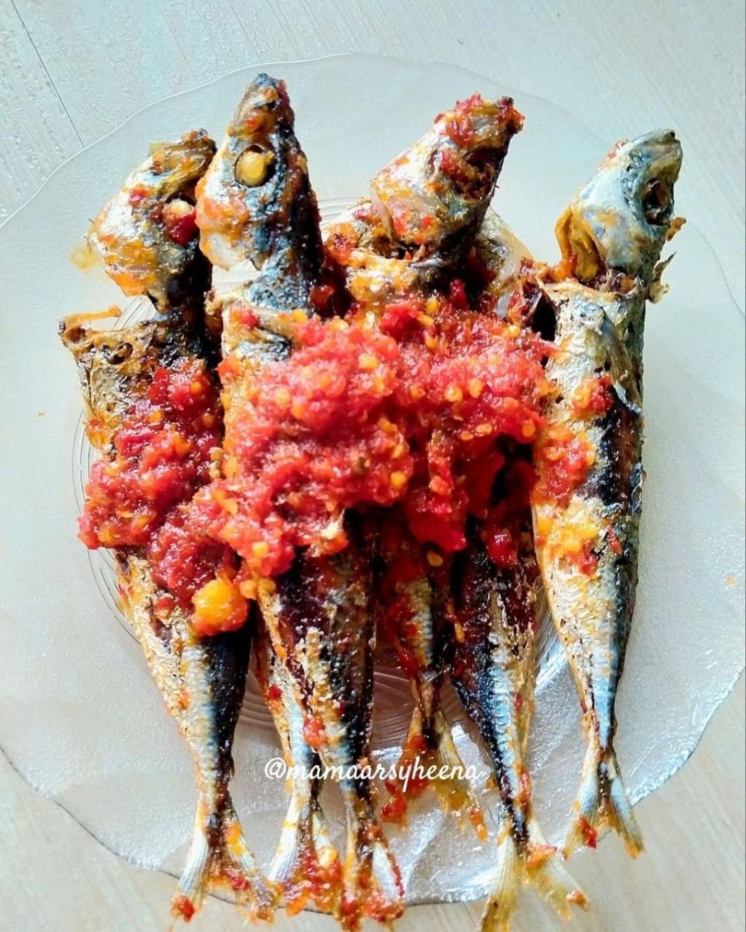 """Info kuliner, Menu hari ini ini """"SAMBAL IKAN DENCIS""""  Bahan : – ikan DENCIS (lumuri garam) – sambal beku (amb…"""