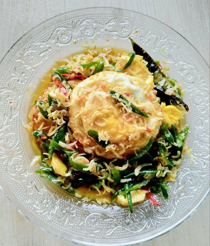 Info kuliner, TELUR CABE IJO simpel serta praktis nih bun  BAHAN: – 5 butir telur – Teri 1/2 ons – Cabe Ijo 1/2…