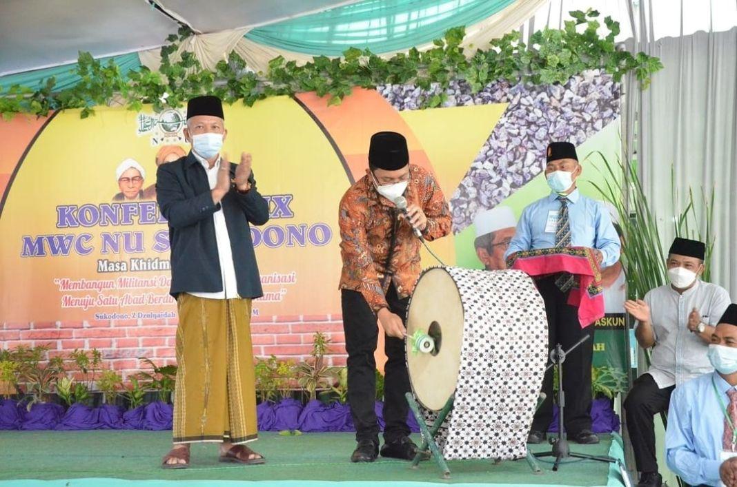 Bupati Sidoarjo Serahkan Lahan Jalan Kantor MWC NU Sukodono   KOMINFO, Sidoarjo – Majelis Wakil…