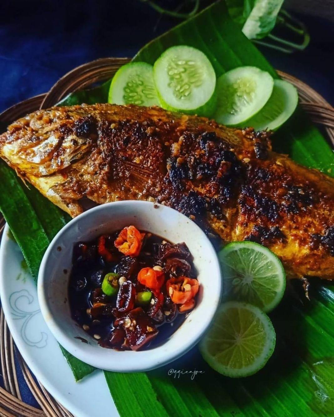 Info kuliner, Ikan Bakar yang pengen makan ikan dibakar lebih mantap  By@qqieajoe  2 ekor Ikan 1 buah jeruk …