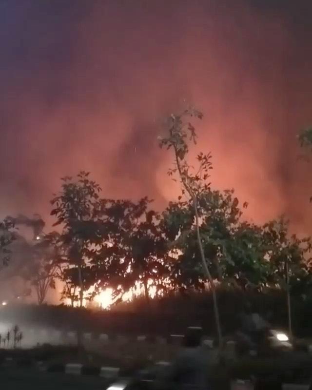 Kebakaran lahan di daerah kavling DPR sidoarjo malam ini (21/8/2021) info terbaru dari @airhala…