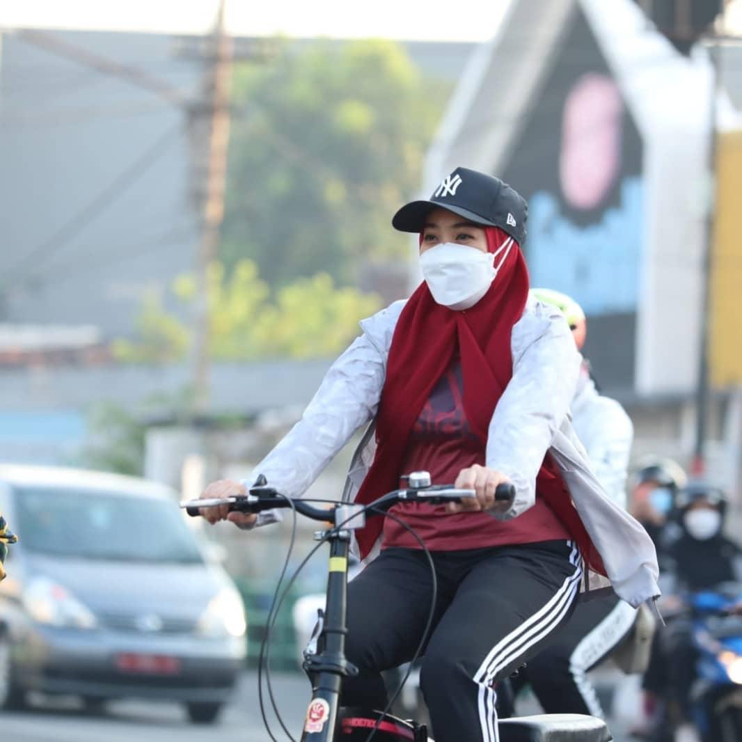 Hari Sabtu, (4/9) Pagi – Pagi sekali, Ning Sasha menyiapkan sepeda yang akan dipakai keliling k…