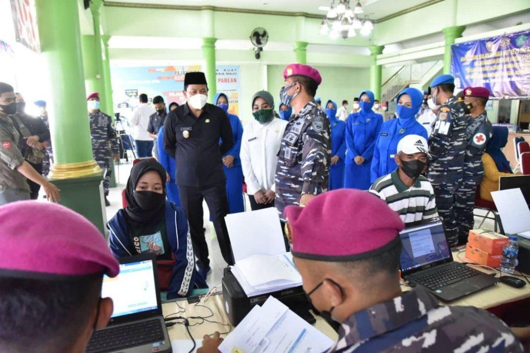 Warga Desa Pabean menjalani vaksinasi tahap kedua di kantor balai Desa Pabean, Kecamatan Sedati…