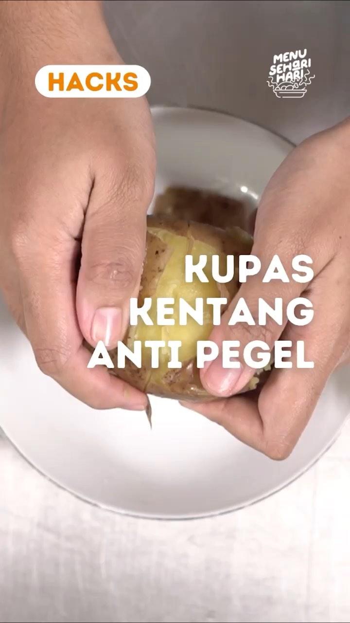 Info kuliner, Hacks Hai Moms Saya mau kasih tips mengupas kentang anti pegel. Cocok banget untuk moms yang aka…