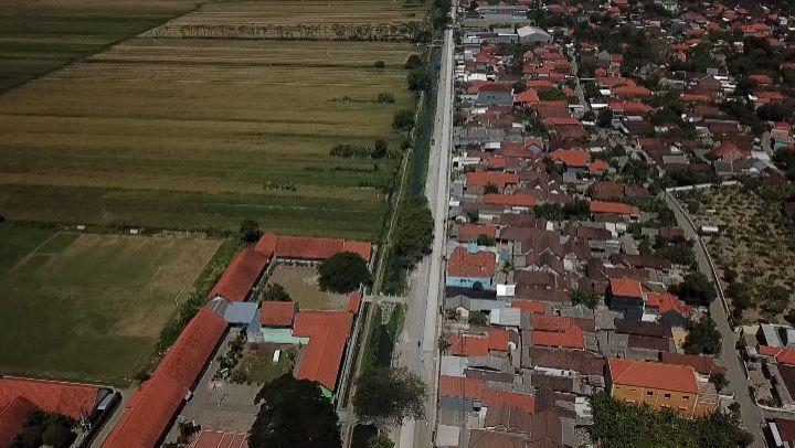 Betonisasi jalan Becirongengor Wonoayu sedang dikerjakan. (Arif/Irwan/Wd/Mashud)…
