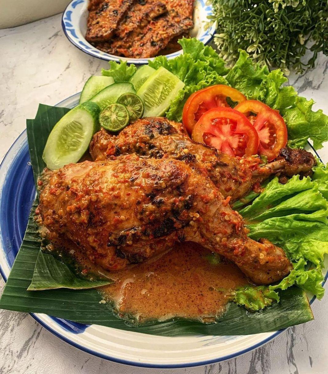 Info kuliner, Menu dr Lombok satu ini memang tidak pernah bosannnn apalg makin pedas makin nikmat  Ayam Bakar…
