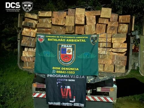 Em Manacapuru, Batalhão Ambiental da PM-AM apreende caminhão transportando 12 metros cúbicos de madeira ilegal