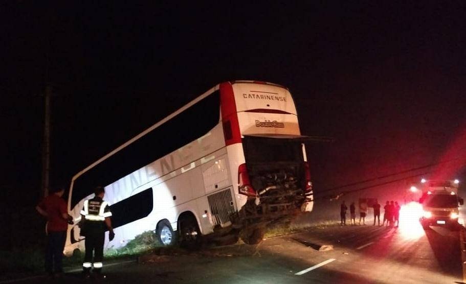 Motorista morre e três ficam feridos em acidente com ônibus
