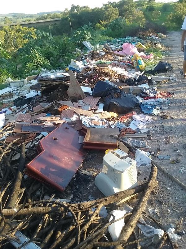 Jacarezinho: População joga lixo e entulhos em estrada