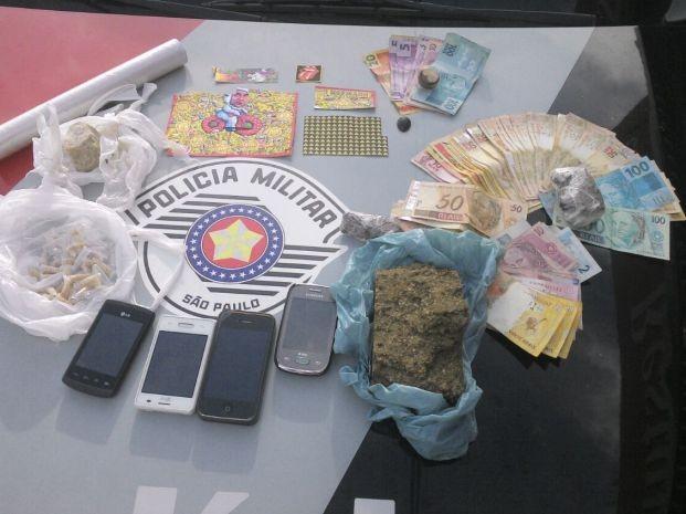 Casal de Jacarezinho é preso com tabletes de cocaína e crack em carro