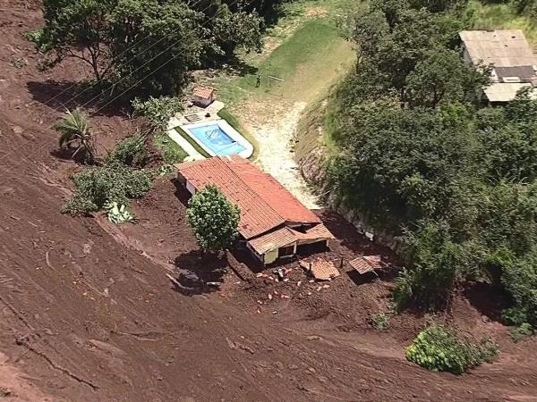 """Barragem se rompe e casas são 'engolidas' por lama em Minas Gerais. """"A cidade está um pandemônio"""", diz moradora"""