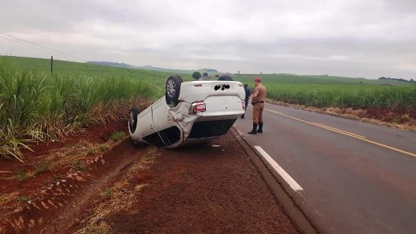 Motorista perde controle e capota carro na PR-431 entre Jacarezinho-Cambará