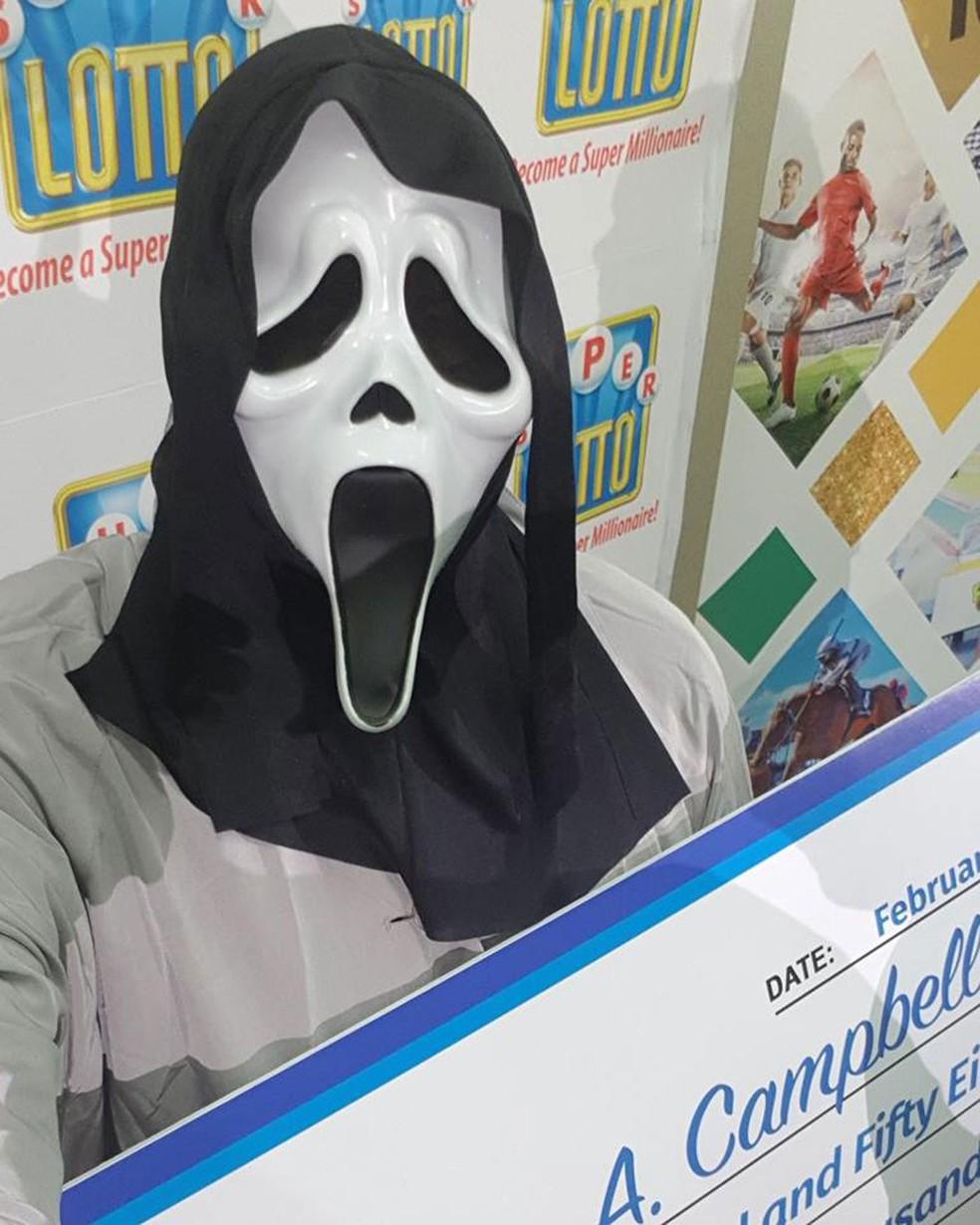 Ganhador de loteria recebe prêmio com máscara do 'Pânico' para não ser reconhecido