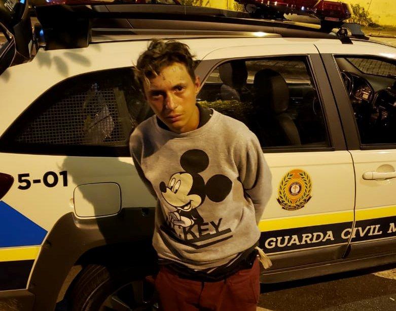 Jovem que teve 'ladrão e vacilão' tatuado na testa é preso novamente