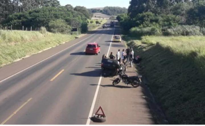 Carro capota e motociclista fica em estado grave após acidente na BR-153