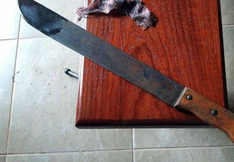 Mulher armada com facão invade bar e ameaça ex-marido