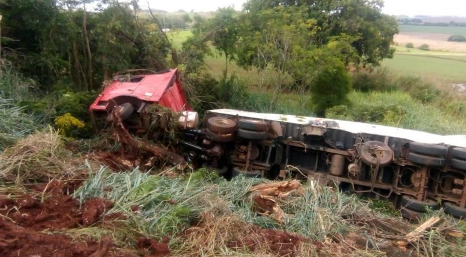 Motorista fica ferido após caminhão despencar de ribanceira na PR-323