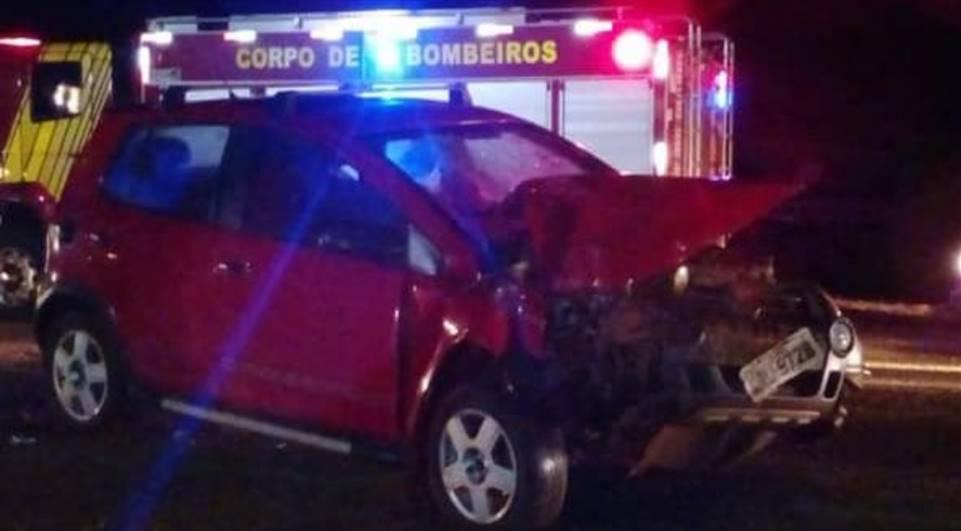 Condutor bate veículo contra retroescavadeira e deixa dois feridos na PR-436