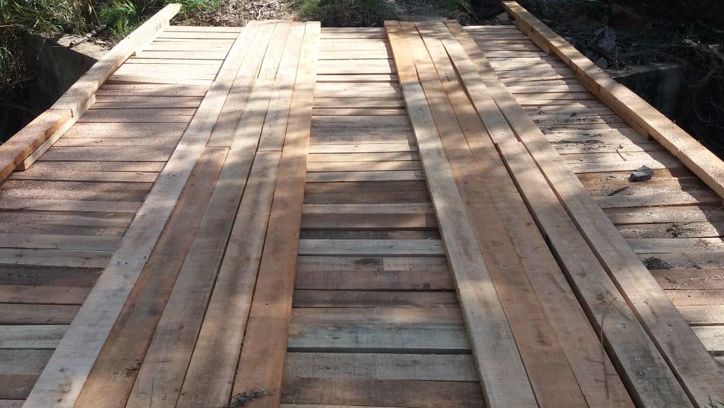 Bairros rurais de Ribeirão Claro recebem ponte de madeira e novo bueiro
