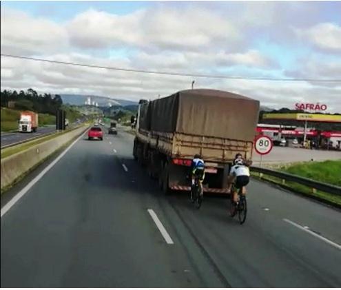 Paraná: Caminhoneiro flagra ciclistas 'pegando rabeira' na BR-277