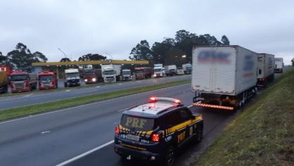 Caminhoneiros tentam atravessar rodovia e são atropelados por caminhão