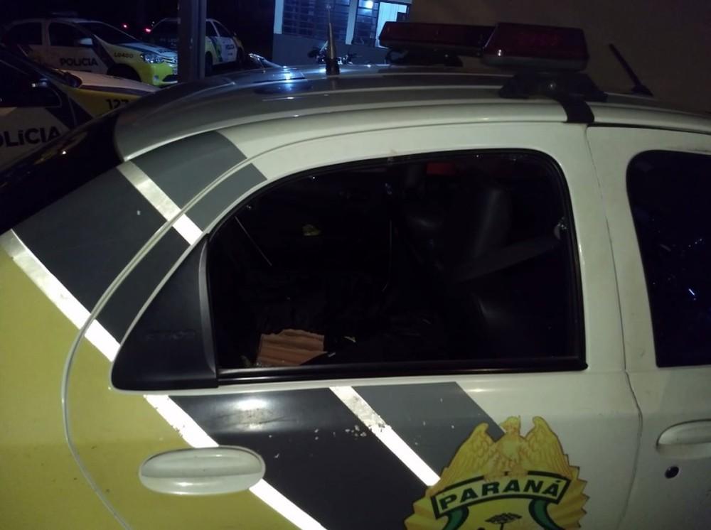 Carro da PM é apedrejado durante abordagem policial, em Londrina