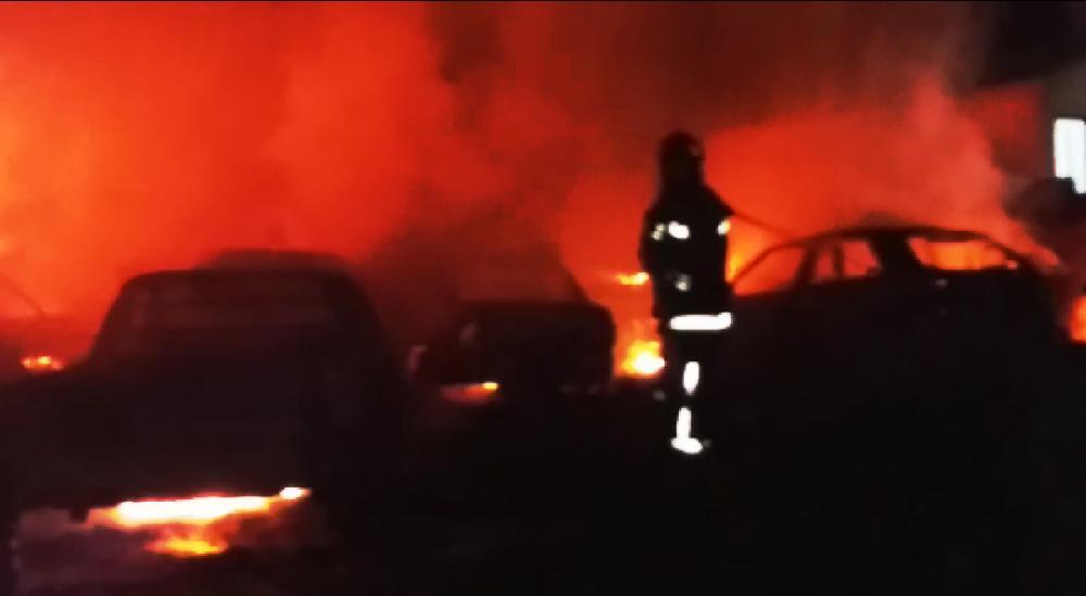 Incêndio com características criminosas destrói veículos na Delegacia de Japira