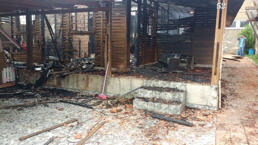 Amigos fazem campanha para ajudar família que perdeu tudo em incêndio; criança de 4 anos morreu