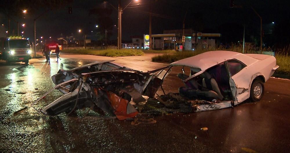 Carro parte ao meio após batida no Paraná