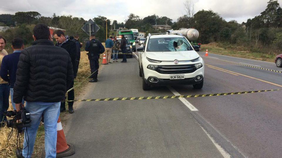 Tambor de freio se desprende de caminhão e mata mulher após entrar pelo para-brisa de carro