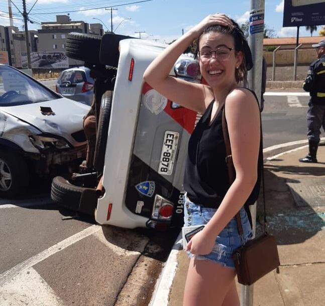 Modelo bate em carro da PM dois dias após tirar carteira; post viraliza na Internet