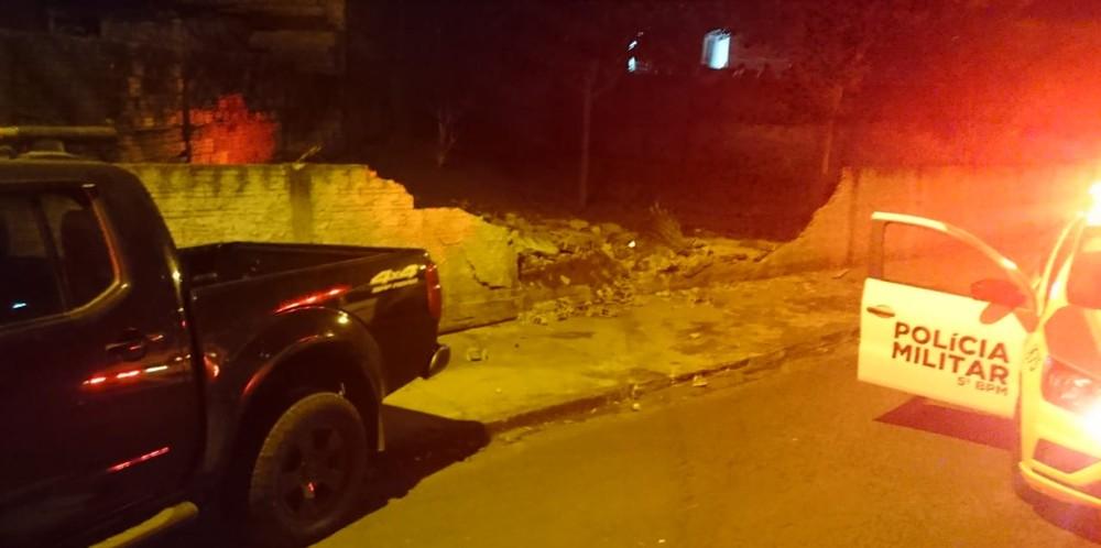 Suspeito de roubo a casa atropela adolescente, bate em muro e em carro da polícia durante fuga