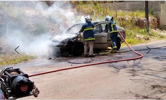 Carro pega fogo na vila Rosa em Jacarezinho