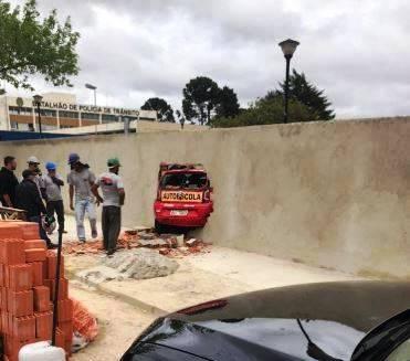 Motorista perde controle de carro em exame de baliza e derruba muro 'novinho' no Detran
